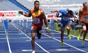 Orlando Ortega llega vencedor en los 110 metros vallas.