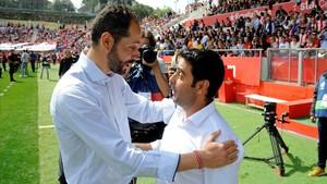 Pablo Machín y David Gallego se abrazan al inicio del partido.