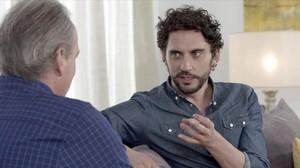 Un momento de la entrevista entre Bertín Osborne y el actor sevillano Paco León, en el programa En la tuya o en la mía de Antena 3.