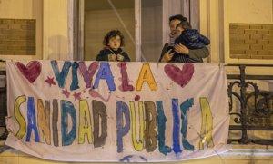 Pancarta de apoyo a la sanidad pública, en un balcón de un edificio de València, el pasado 20 de marzo.