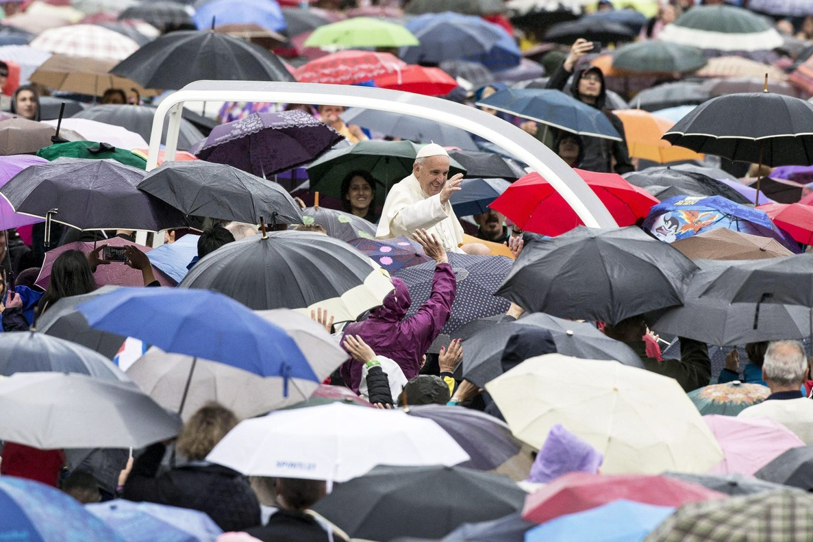 El papa Francisco saluda a los fielesen el Vaticano, el pasado mes de mayo.