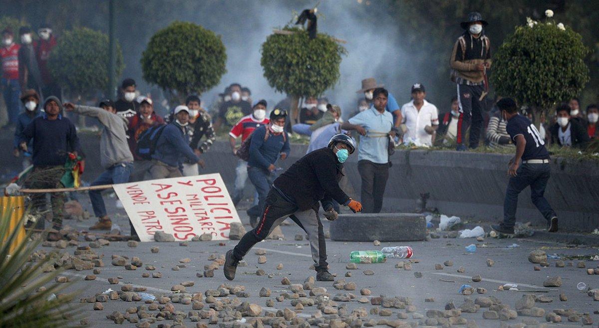 Partidarios del expresidente boliviano Evo Morales arrojaron piedras a la policía en las afueras de Cochabamba, el sábado pasado.