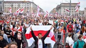 Partidarios de la oposición protestan contra los resultados de las elecciones presidenciales bielorrusas, este domingo, en Minsk.