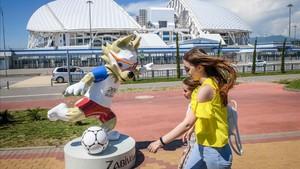 Un paseo frente al estadio Fisht Olympic de Sochi durante el Mundial.