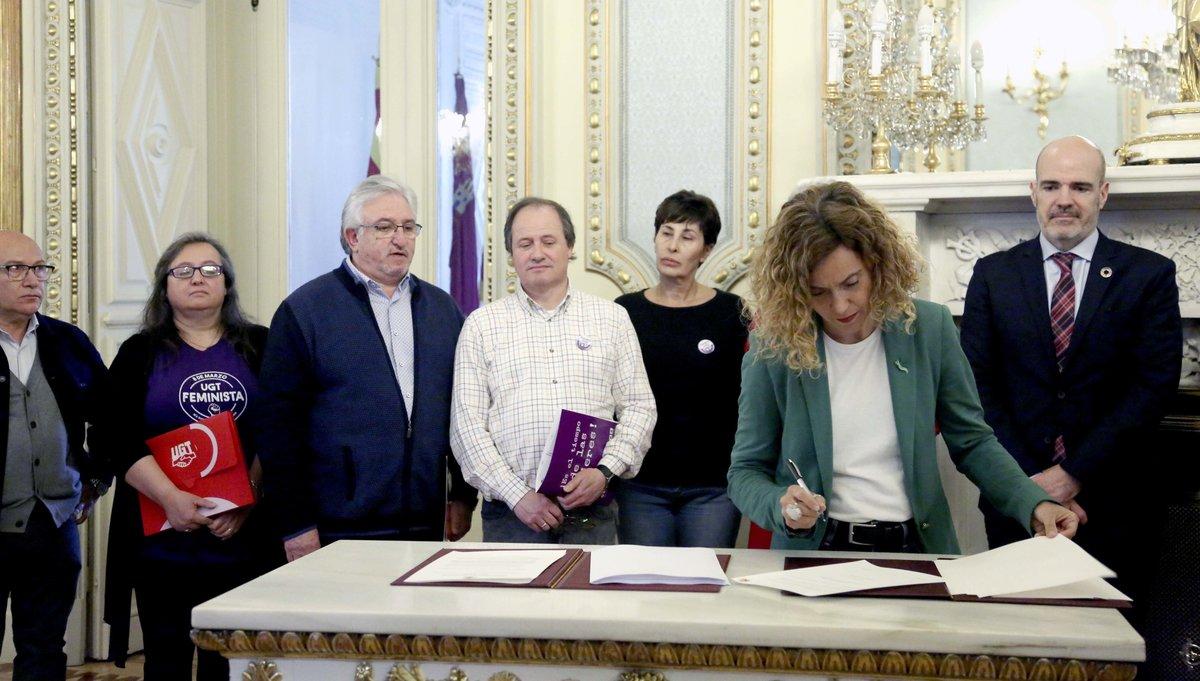 La ministra de Política Territorial y Función Pública, Meritxell Batet, firma con los representantes sindicales el IV convenio único para personal laboral.
