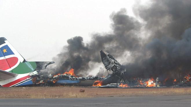 La aeronave chocó contra un camión de bomberos al aterrizar en el aeropuerto.