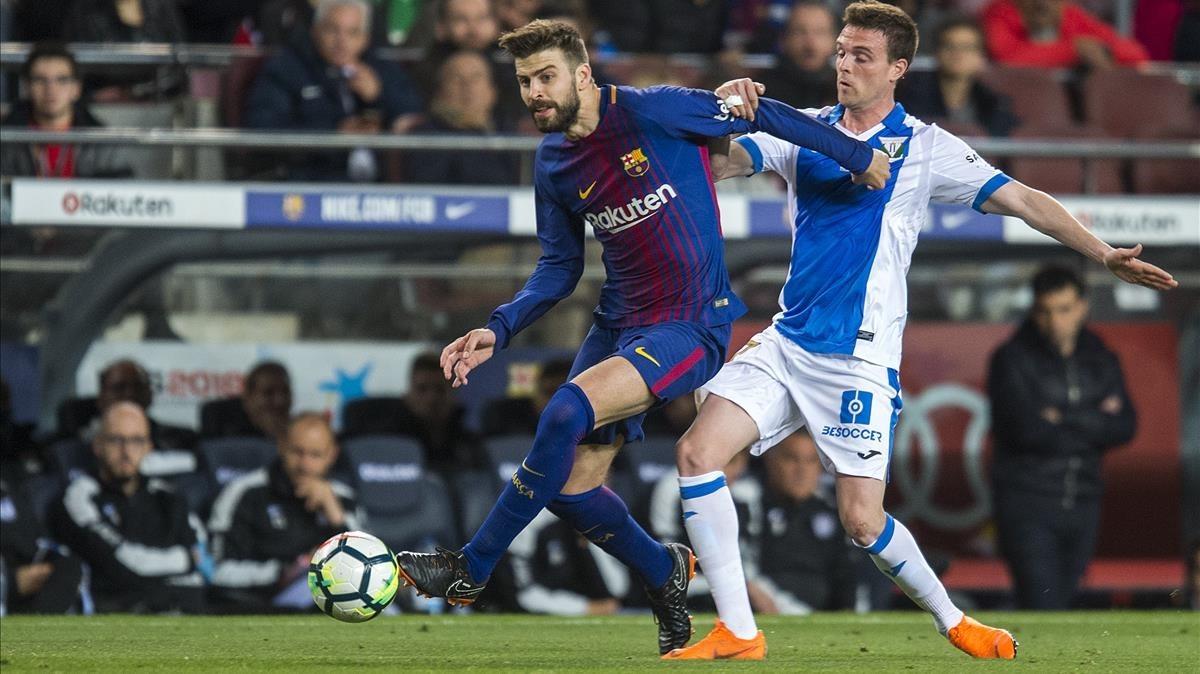 Piqué controla el balón ante Eraso en el Barça-Leganés del Camp Nou.