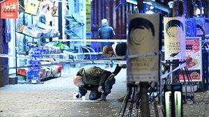 Un policía busca pruebas en el lugar donde acribillaron a un joven de 15 años en Malmö.