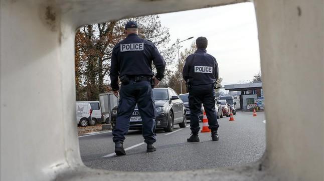 La policía de fronteras francesa controla los coches en el paso fronterizo entre Francia y Suiza en Meyrin, cerca de Ginebra.