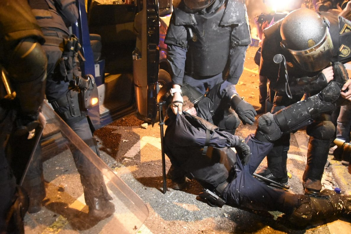 Un policía herido grave por las agresiones de los manifestantes en Via Laietana.