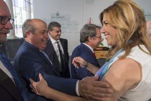 La presidenta de Andalucía, Susana Díaz, saluda al alcalde de Granada, José Torres Hurtado, el pasado día 29.