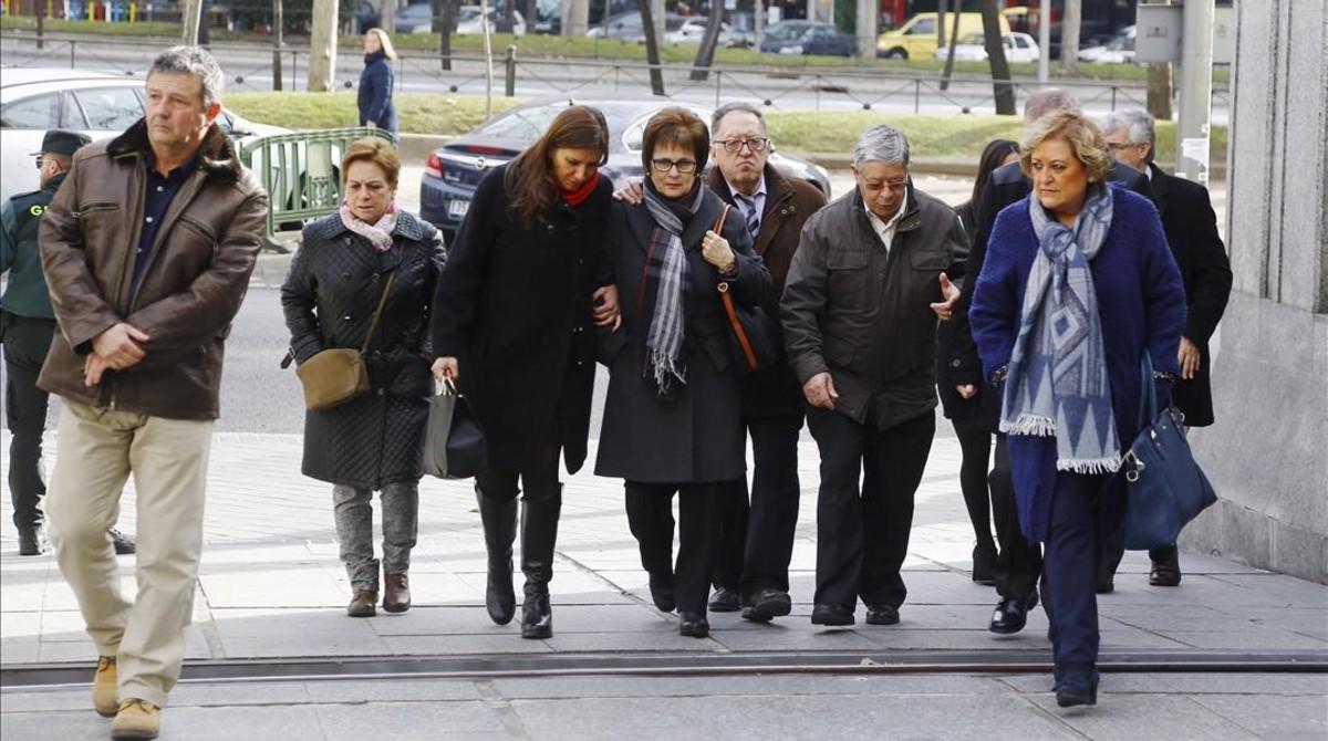 Familiares de las víctimas del Yak-42 llegan al Ministerio de Defensa para reunirse con María Dolores de Cospedal, este martes.