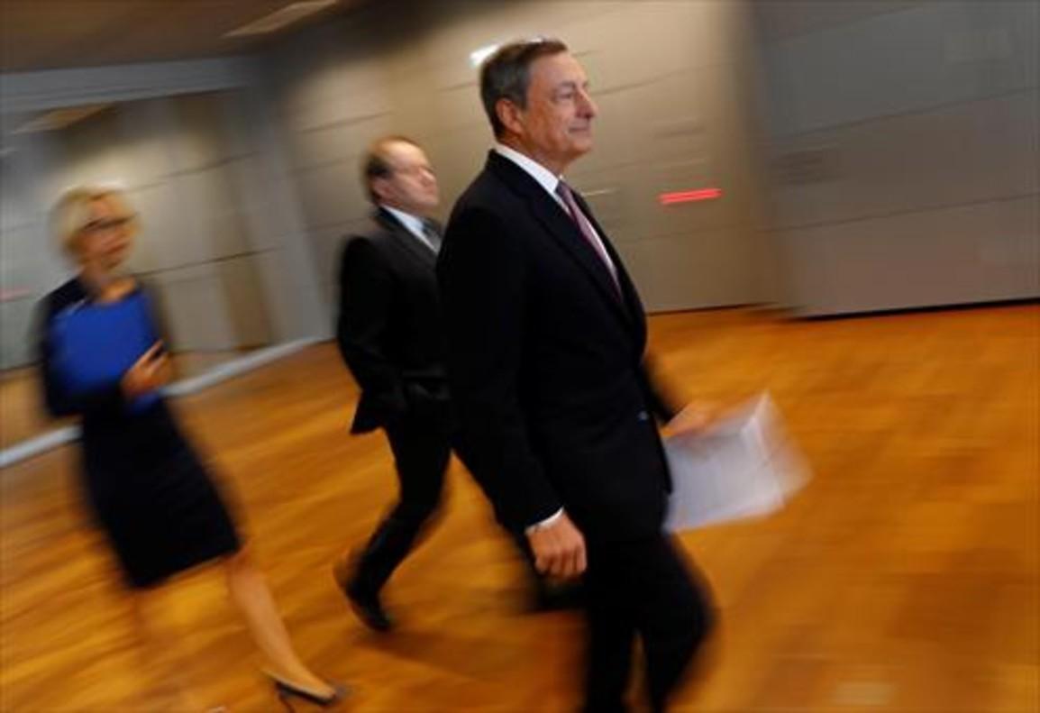 El presidente del BCE, Mario Draghi, llega a la rueda de prensa tras la reunión del consejo de gobierno.