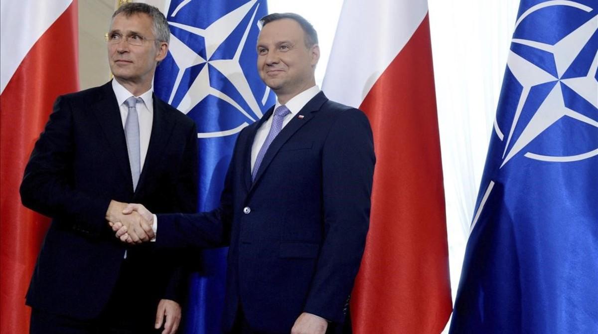 El presidente polaco, Andrzej Duda (derecha), da la bienvenida al secretario general de la OTAN, Jens Stoltenberg, antes de una reunión en el Palacio Belvedere, en Varsovia, este jueves.