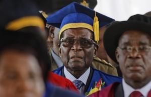 El presidente de Zimbabue reaparece en público en un acto de graduación en la capital del país, Harare.