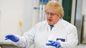 El primer ministro británico, Boris Johnson, en una visita a un centro biomédico en Londres.