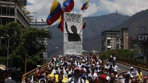 Miles de opositores venezolanos en la marcha de protesta enCaracas.