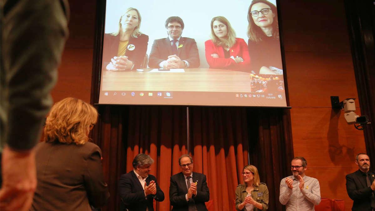 Ha sido recibido con aplausos por los diputados de JxCat y el propio Puigdemont en plasma desde Alemania