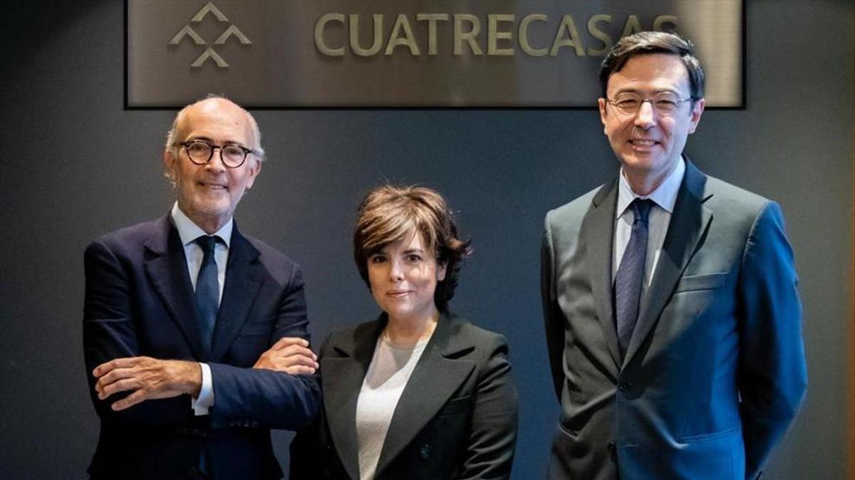 Rafael Fontanapresidente ejecutivo junto a Soraya Saenz de Santamariay Jorge Badia, director generalCuatrecasas.