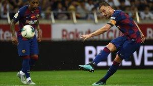 Rakitic conecta un gran derechazo para marcar el gol del Barça al Chelsea en Tokio.