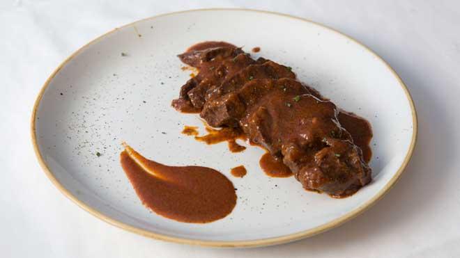 Receta de carrillera con salsa española.