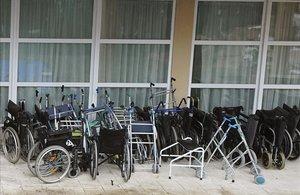 Sillas de ruedas y andadores en una residencia de Leganés.