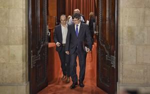 Carles Puigdemont y Jordi Turull salen de la reunión de Junts pel Sí antes del pleno del Parlament, este miércoles.