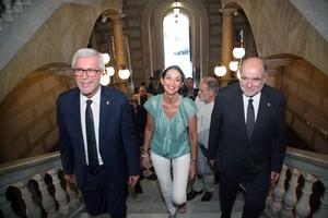 La ministra de Industria y Turismo, Reyes Maroto, acompañada del alcalde de Tarragona, Josep Félix Ballesteros (i), y del subdelegado del Gobierno, Joan Sabaté.