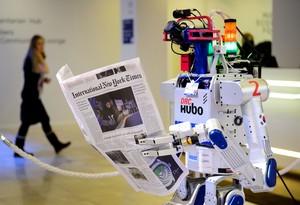 Un robot sostiene un periódico durante una exhibición en Davos, el pasado enero.