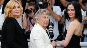 Roman Polanski, entrelas actrices de su película Emmanuelle Segnier y Eva Green.
