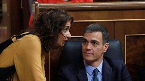 La ministra de Hacienda en funciones, María Jesús Montero, conversa con Pedro Sánchez durante el debate prespuestario en febrero pasado.