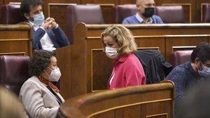 La presidenta de la Comisión del Pacto de Toledo, Magdalena Valerio, conversa con la diputada de Coalición Canaria Ana Oramas.