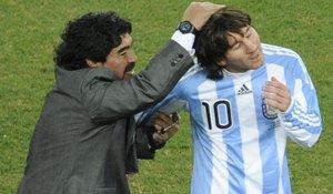 Maradona juguetea con Messi tras un partido en Sudáfrica.