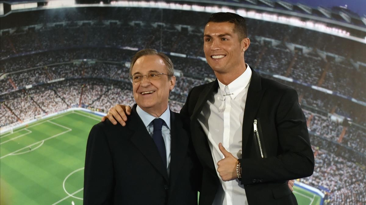 Florentino Pérez y Cristiano en el acto de renovación del portugués de noviembre del 2016.