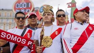 Un grupo deperuanos animan a su selección en Rusia.