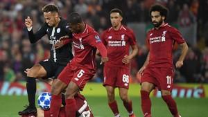 Neymar (izquierda), presionado por los jugadores del Liverpool.