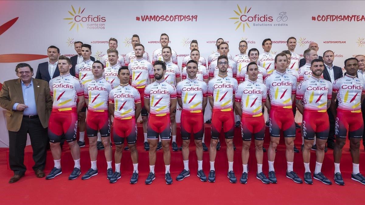 El equipo ciclista posa durante la presentación oficial en València.