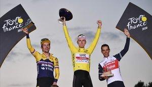 El podio del Tour de este año, de izquierda a derecha, Roglic, Pogacar y Porte.