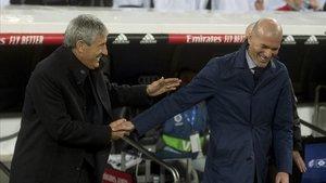 Setién y Zidane se saludan antes de empezar el clásico.