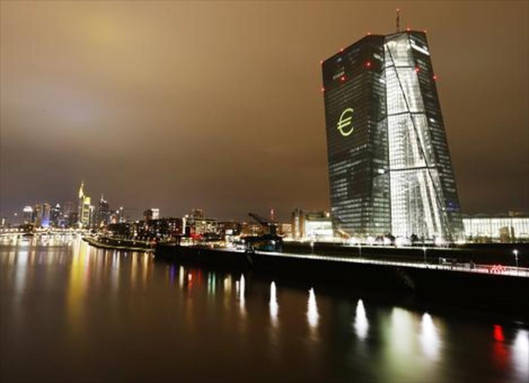 El símbolo del euro, proyectado en la sede del BCE.
