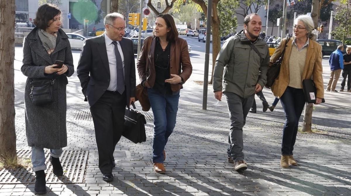 Simona Levy, Itziar González y David Fernàndez, acompañana a Joan AntoniLlinares a declarar como testigo en el juicio del caso Palau.