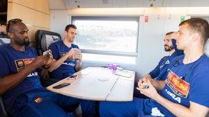 Singleton, Claver, Ribas y Pangos juegan a las cartas en el AVE rumbo a Madrid.