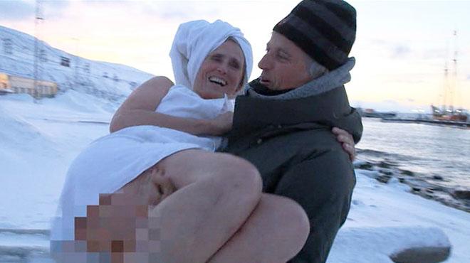 Jesús Calleja toma en brazos a Mercedes Milà, tras su baño en Svalbard (Planeta Calleja, Cuatro).