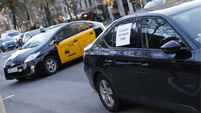 El taxi de Barcelona acata el decret del Govern per als VTC i torna a la feina