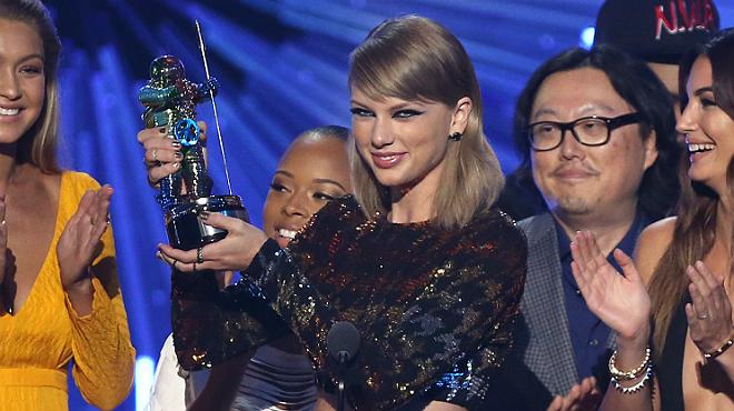 La cantante Taylor Swift recogiendo un premio.