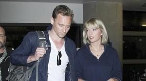 Taylor Swift y Tom Hiddleston, en el aeropuerto de Los Ángeles, el pasado 6 de julio.