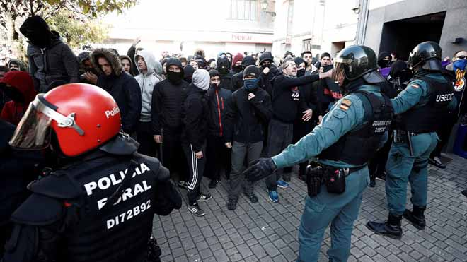 Bajo un potente dispositivo policial, Ciudadanos celebra este domingo un acto con presencia del PP y de VOX en Alsasua. Las calles de la ciudad son este domingo un hervidero de gente y de ideologías.