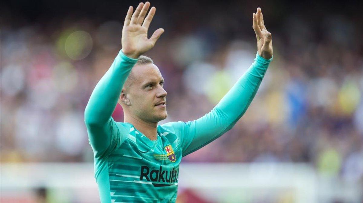 Ter Stegen saluda al público del Camp Nou.