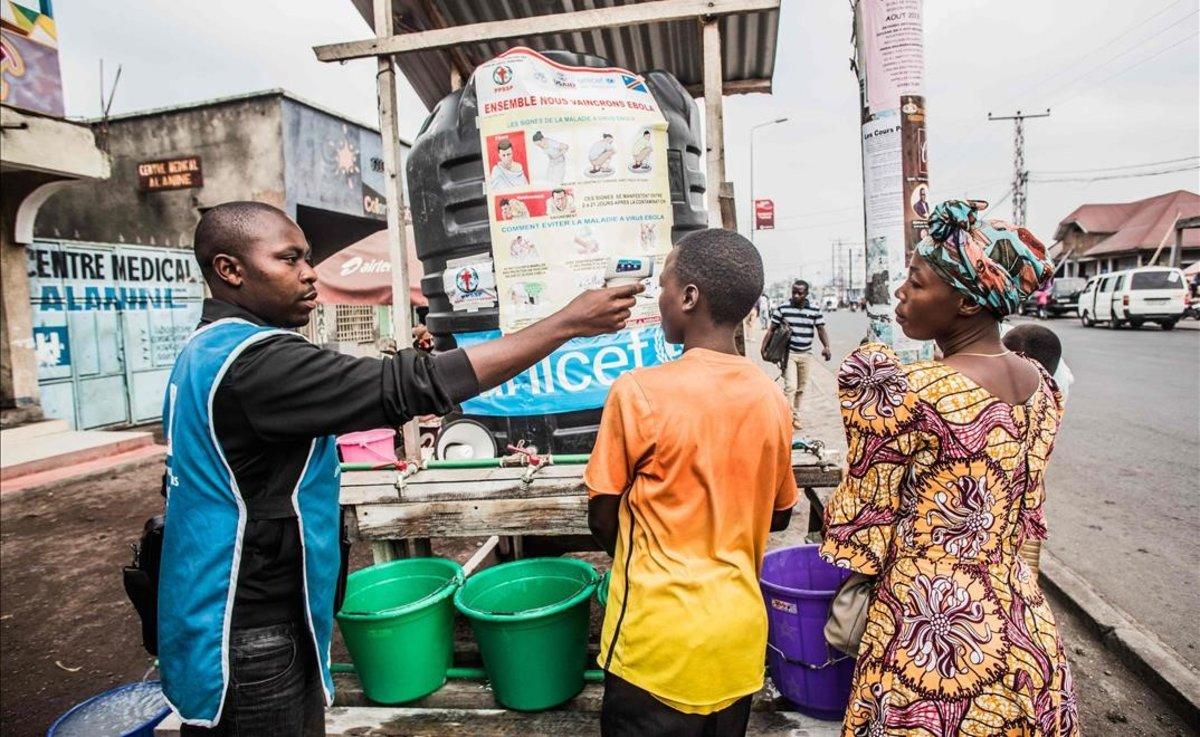 Un trabajador de Unicef mide la temperatura de un niño en goma, este miércoles.