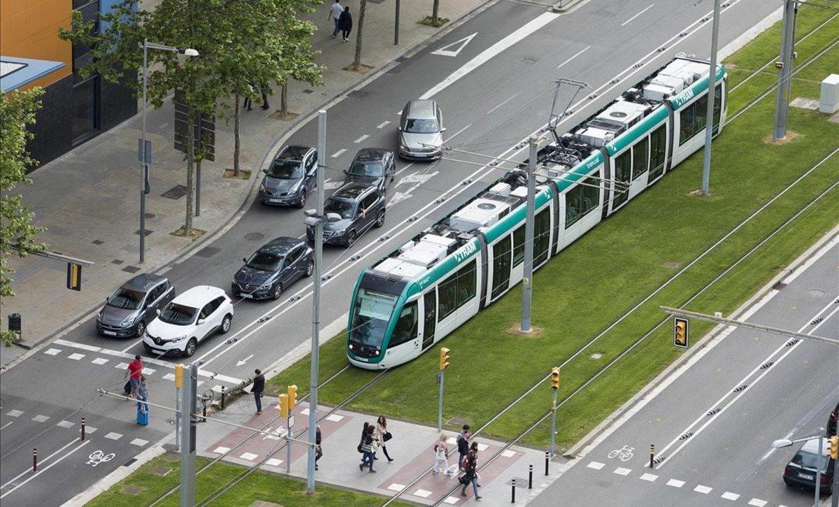 Un tranvía circula por la Diagonal cerca del Fòrum.